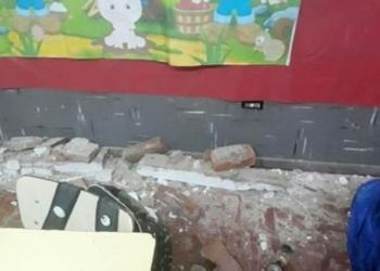 Partes de la viga y mampostería que cayó en un aula de la Escuela 25 de Del Viso. Foto Pilar a Diario/InfoGEI