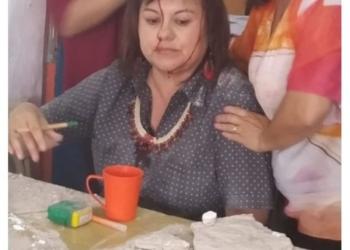 La profesora herida en la cabeza, momentos después que se produjo el derrumbe del techa en la EES28 de Florencio Varela. Foto Infosur/InfoGEI