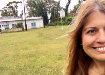 Mónica, la docente rural en el oeste bonaerense, que se queda en la escuela para llevarle tareas a sus alumnos. Foto Proyecto Pulpería/InfoGEI