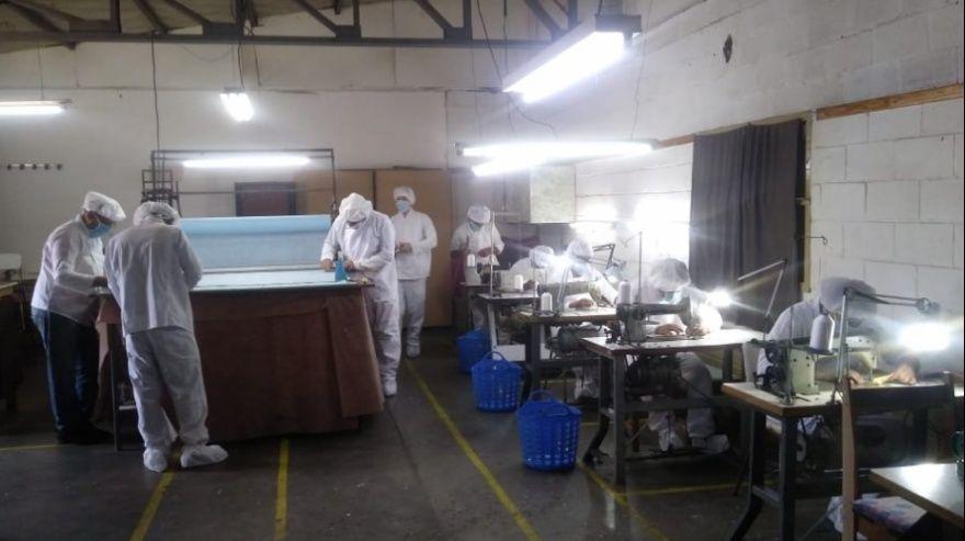 La producción se inició días pasados luego de que se acondicionaran los talleres textiles y se capacitara a los privados de libertad sobre las medidas sanitarias adecuadas. Foto Prensa SPB/InfoGEI
