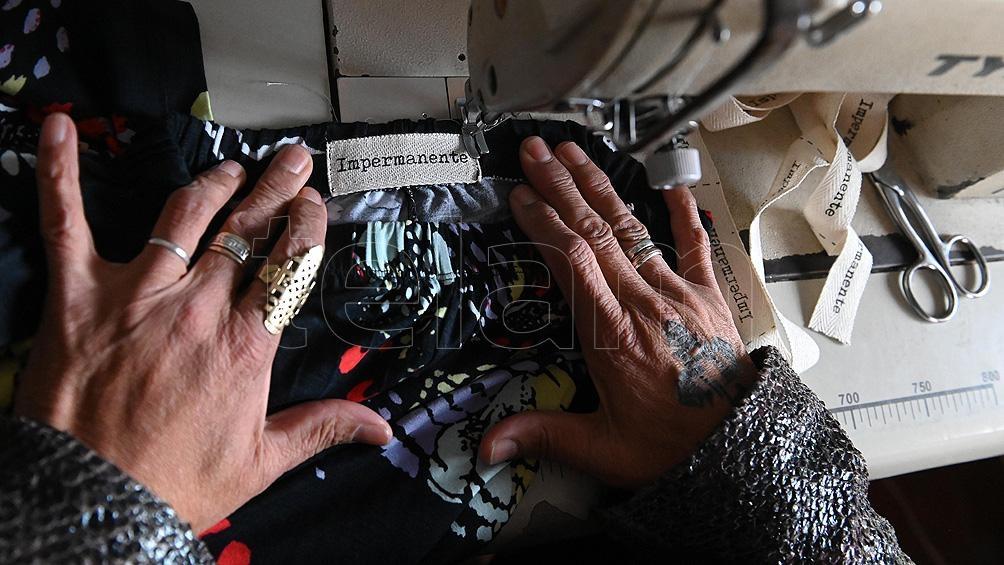 """Confeccionan prendas originales, con talles """"reales"""" e inspiradas en la cultura y el paisaje local para """"descolonizar"""" la vestimenta. Foto: Sebastián Granata."""