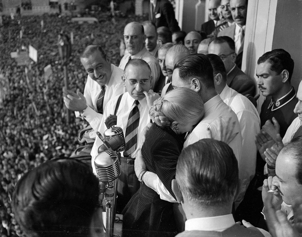 Ante la multitud, Perón abraza a Eva, que ya se sabía muy enferma.