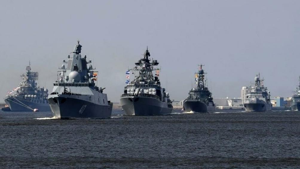 325 aniversario de la Marina de Guerra: participan 15.000 efectivos, más de 200 buques de superficie y submarinos, más de 80 aeronaves y unas 120 piezas de equipamiento militar.