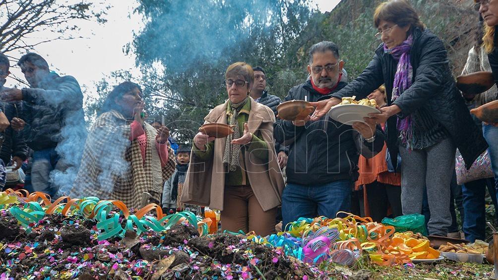 Muchos de estos rituales se realizan en las cercanías de plazas o en algún sitio determinado en los hogares. Foto: Edgardo Valera.