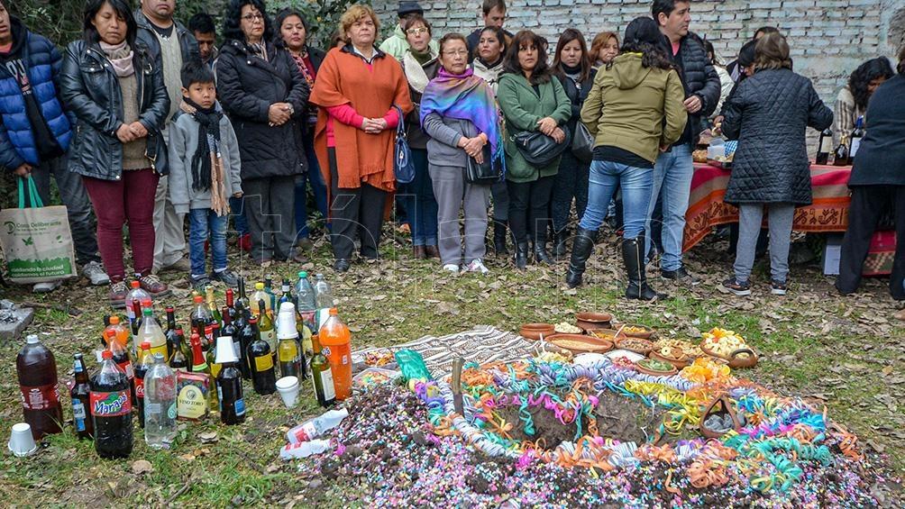 La ceremonia se realiza alrededor de un pequeño pozo cavado en la tierra, la boca de la Pachamama, donde se depositan las distintas ofrendas. Foto: Edgardo Valera.
