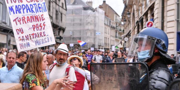 siguen las protestas en francia contra el certificado de vacunacion