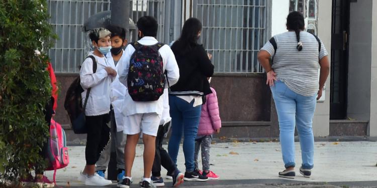actualizan protocolos para casos sospechosos y contacto estrecho en escuelas de caba