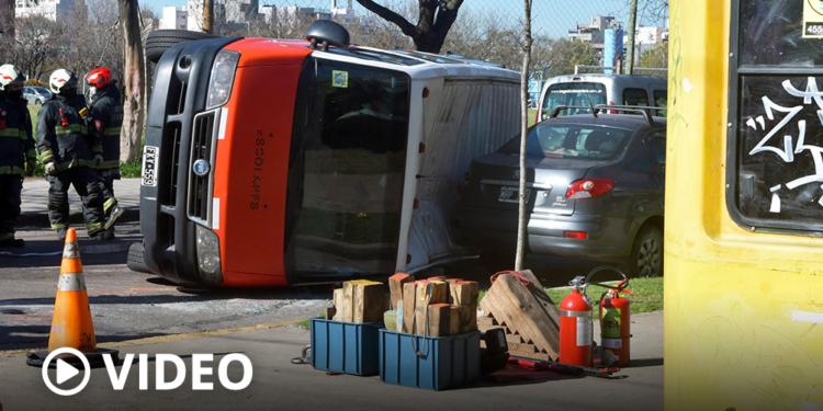 cinco ninos resultaron heridos por el choque entre una combi escolar y una camioneta