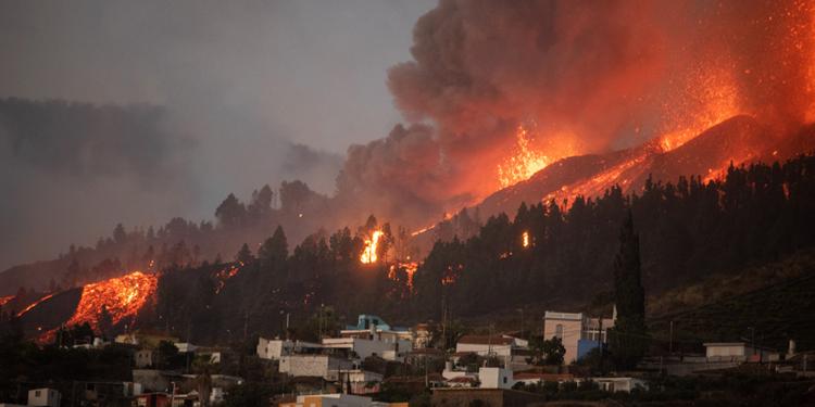 miles de evacuados por la erupcion del volcan cumbre vieja en las islas canarias