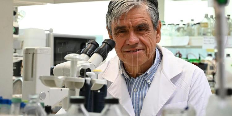 el doctor diego de mendoza recibio el premio bunge y born por su trabajo en microbiologia