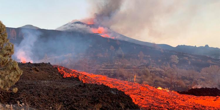 evacuaron a 800 personas en las canarias ante el avance de la lava del volcan cumbre vieja