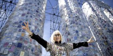marta minujin expone en una sala propia en el museo de arte moderno de nueva york