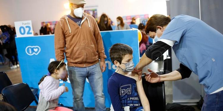 miles de ninos recibieron su primera vacuna contra el coronavirus acompanados por sus padres