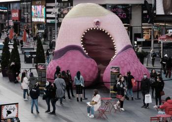 nueva york una escultura de unas postizas rinde homenaje a sobrevivientes de la pandemia