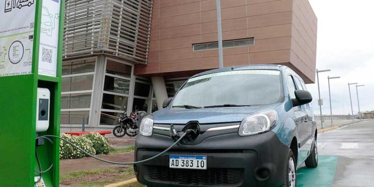 proponen que a partir de 2041 todos los automoviles fabricados en argentina sean electricos