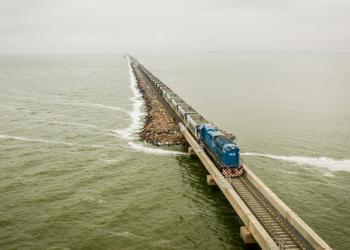 un tren de pasajeros volvio a circular por el pedraplen de la laguna la picasa
